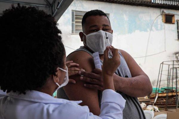 Vacinação na comunidade Vila dos Pinheiros, no Complexo da Maré no Rio de Janeiro 1
