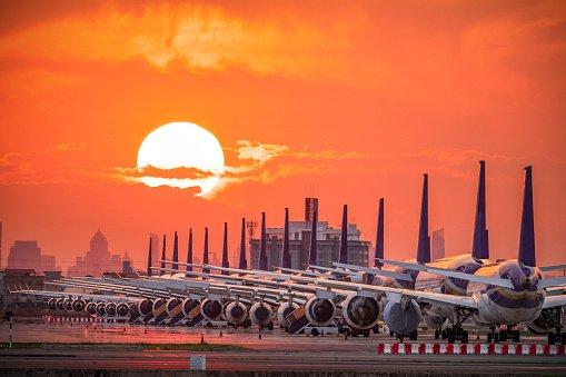 aviões parados em aeroporto por causa da pandemia