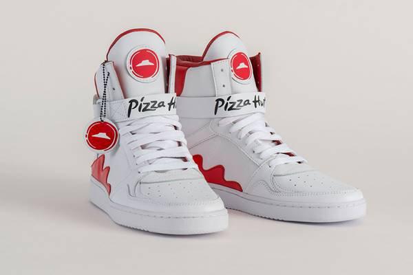 Tênis da Pizza Hut com a The Shoe Surgeon