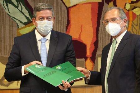 Paulo Guedes entrega reforma tributária a Arthur Lira