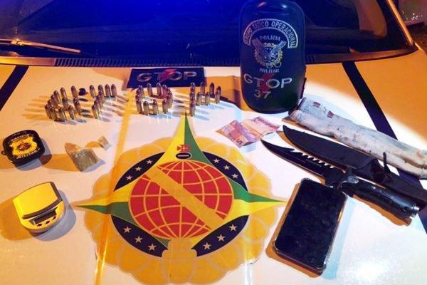 Munições, drogas, facas e balanças encontradas com jovem de 19 anos preso pela sétima vez