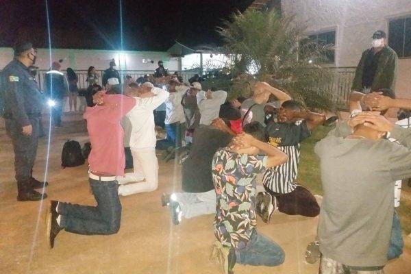 fiscais encerram festa clandestina com 500 pessoas em aparecida de goiânia, goiás