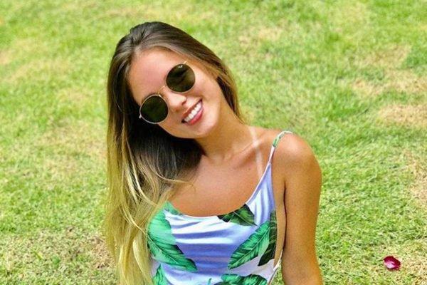 """Lorraine Cutier Bauer Romeiro, conhecida como """"Gatinha da Cracolândia"""" posa de maiô e óculos escuros"""