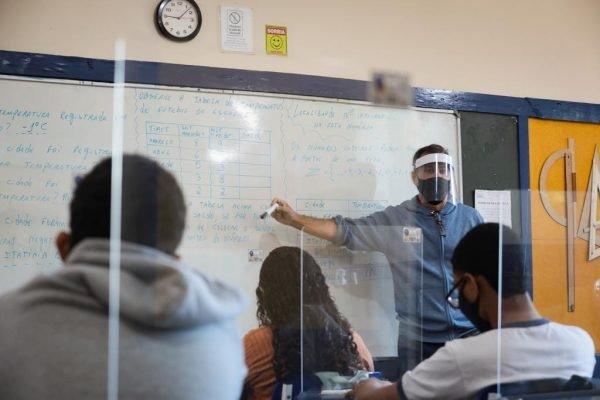 Alunos do município do Rio retornam às aulas presenciais com 99,9% da rede em funcionamento. Os alunos alternarão em grupos por semana de aula presencial e casa.