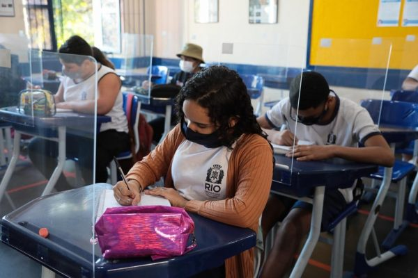 Alunos do município do Rio retornam às aulas presenciais com 99,9% da rede em funcionamento. Os alunos alternarão em grupos por semana de aulas presenciais e casa.