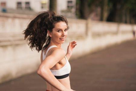 mulher sorrindo enquanto corre