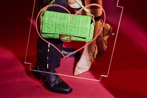 Bolsa Baguette, da Fendi, com o monograma FF em alto relevo