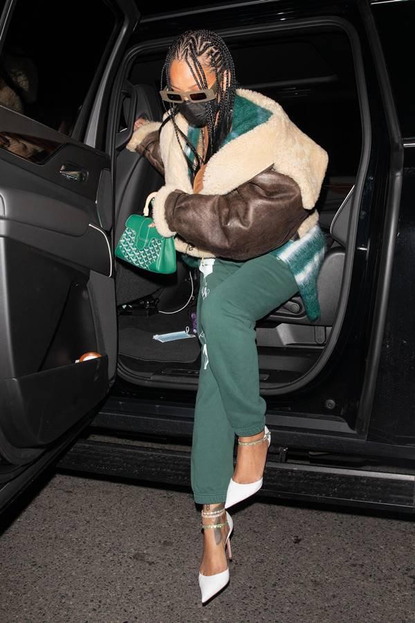 Rihanna com bolsa da Goyard