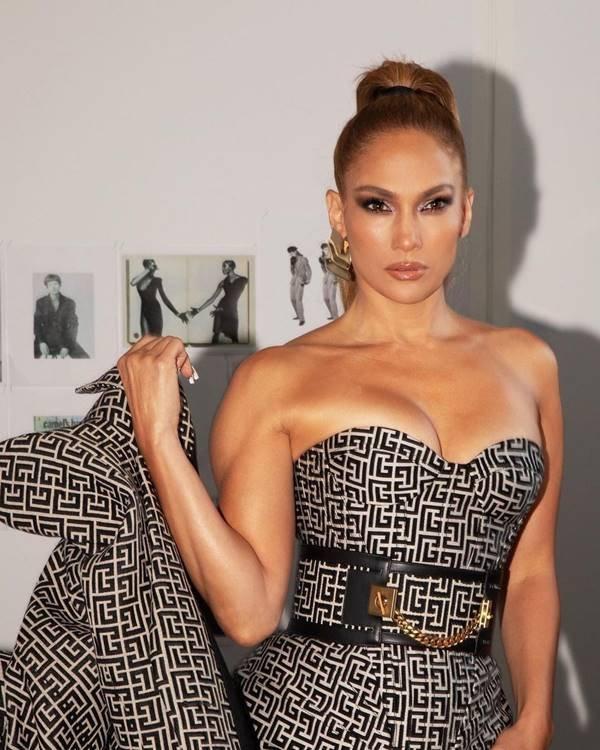 Jennifer Lopez vestindo peças da Balmain com monograma