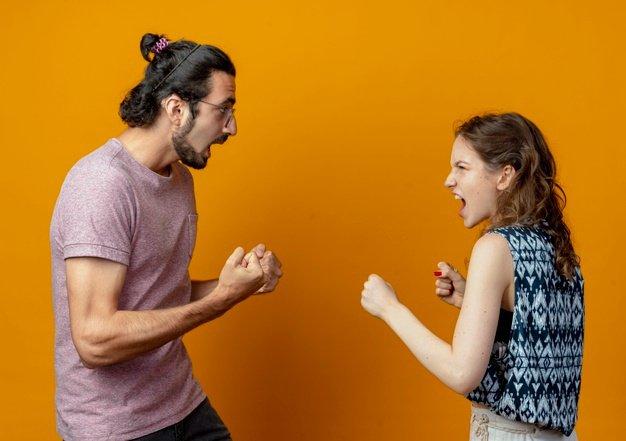 Jovem casal brigando