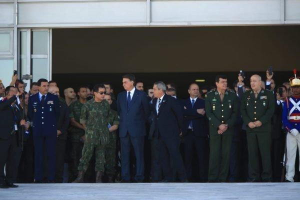 Desfile de carros militares para entregar um convite a Bolsonaro para operação Formosa