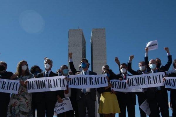Deputados_protesto_desfile_voto impesso