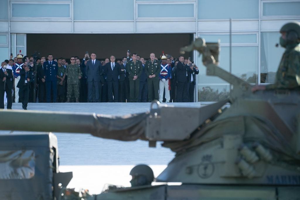 Desfile militar na frente do Palácio do Planato