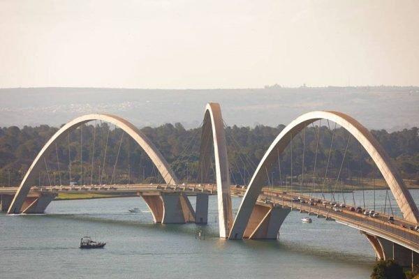 Ponte JK em dia quente e seco