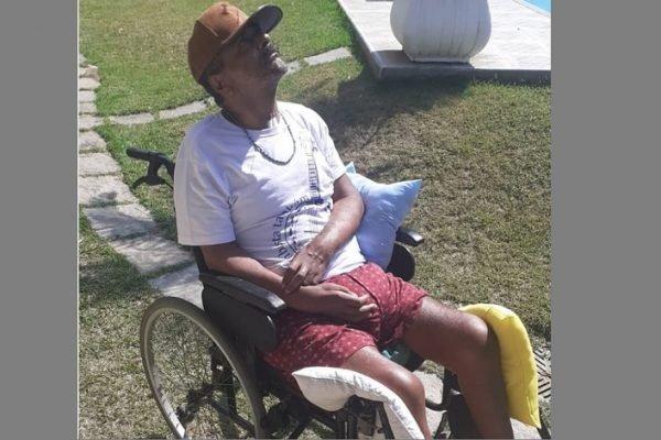 Sambista Arlindo Cruz pega um sol de inverno em registro raro feito pela mulher dele, a empresária Babi Cruz