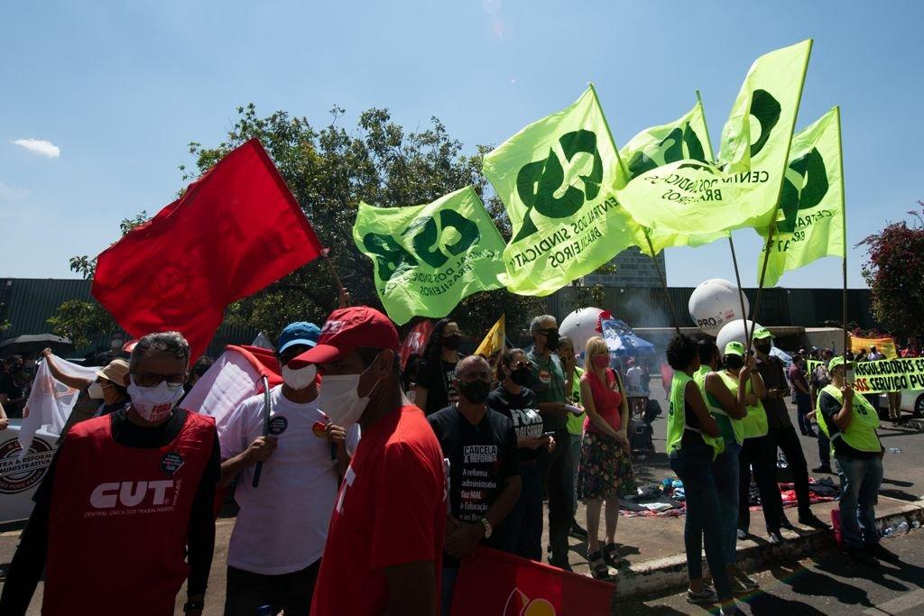 Servidores protestam contra a reforma administrativa e pedem impeachment