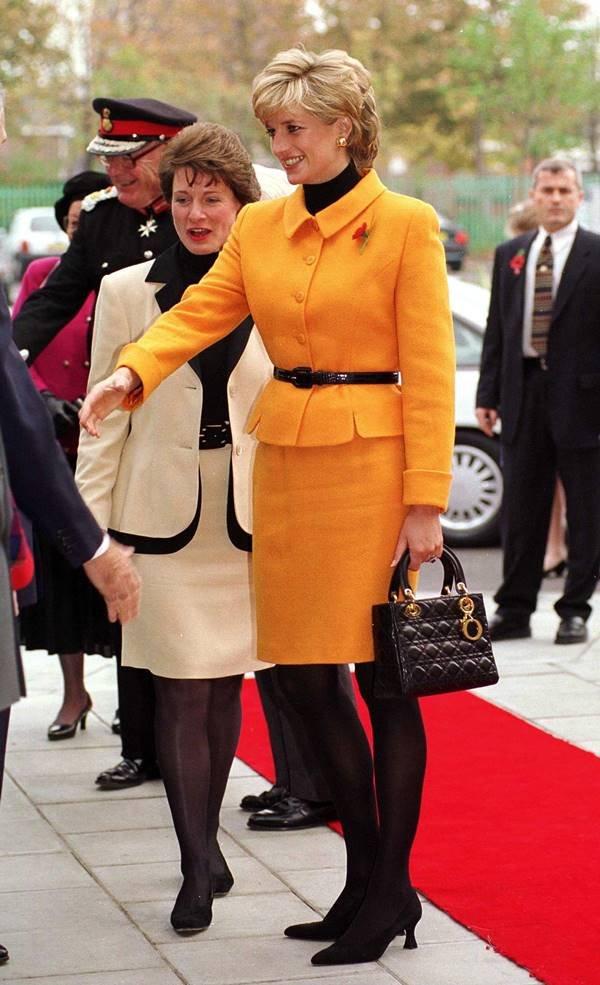 Princesa Diana com bolsa Lady Dior na mão