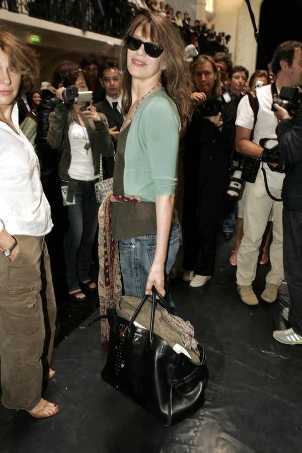 Jane Birkin segurando uma bolsa Birkin, da Hermès