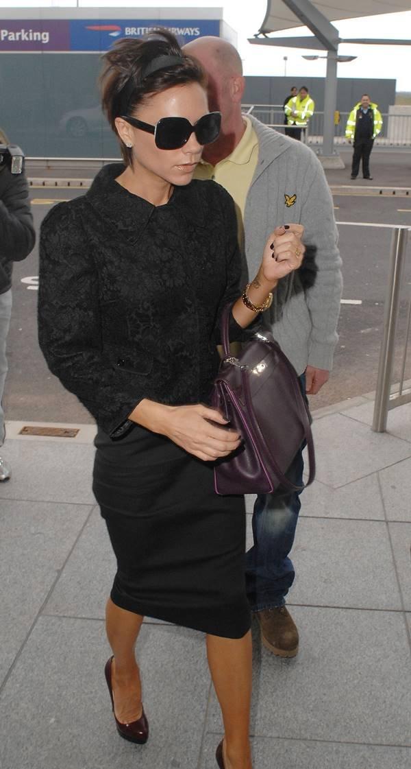 Victoria Beckham segurando bolsa Kelly, da Hermès