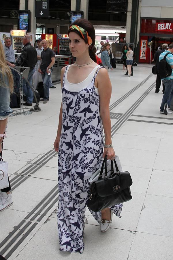Lana Del Rey com bolsa Del Rey, da Mulberry