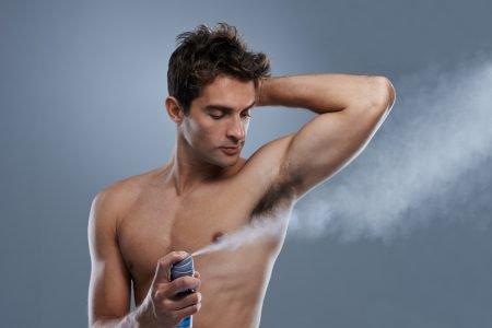 Homem desodorante axila