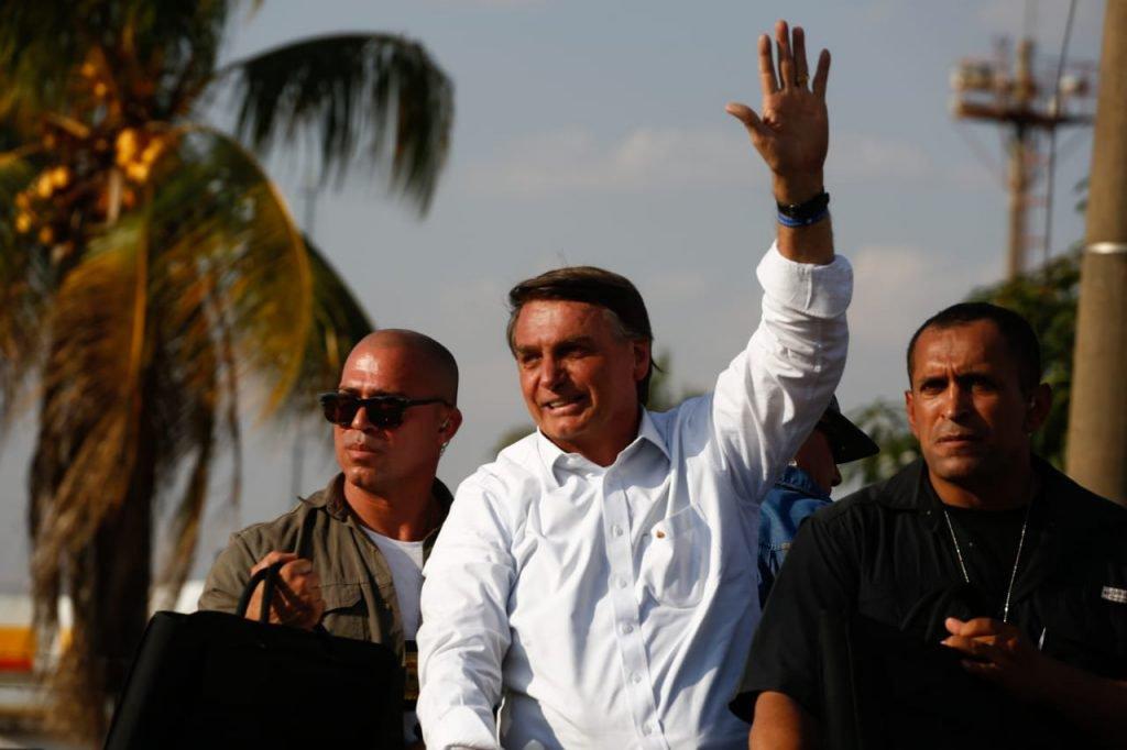 Voltando para o Comando de Operações Especiais, Bolsonaro desfila em carro e acena para apoiadores