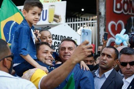 Na porta da Assembléia de Deus de Campinas, em Goiânia (GO), Bolsonaro bebe caldo de cana e desfila com corpo para fora de carro 7
