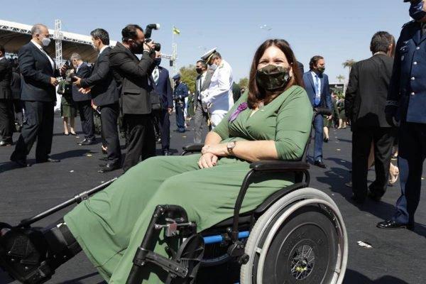 Bia Kicis em cadeira de rodas