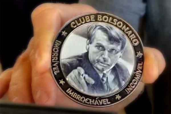 """Medalha apresentada por Bolsonaro a apoiadores com os dizeres """"imbroxável, incomível e imorrível"""""""