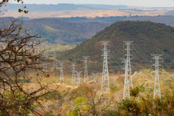 Usina Hidrelétrica do Paranoá e linhas de transmissão de energia elétrica próximas a barragem energia 10