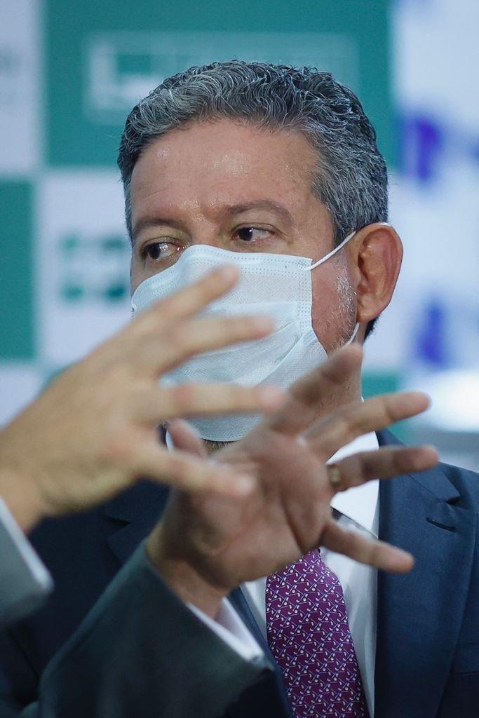 relator da reforma administrativa na Câmara, deputado Arthur Oliveira Maia (DEM-BA), entregou o texto com seu parecer ao presidente da Casa, Arthur Lira