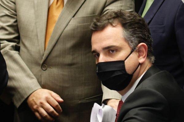 Presidente do Senado, Rodrigo Pacheco (DEM-MG) cercado por senadores da CAE no plenário