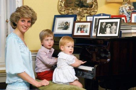 Princesa Diana com príncipe William e Harry
