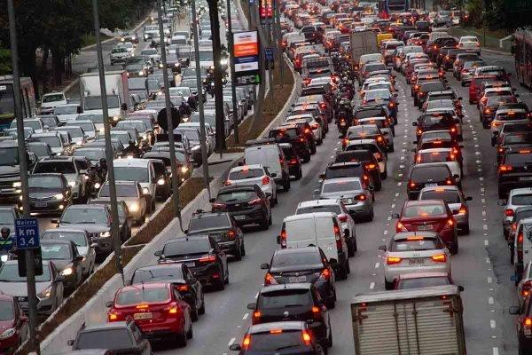 Carros - Trânsito na Avenida 23 de Maio em SP