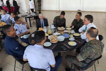 Bolsonaro almoça com soldados da FAB