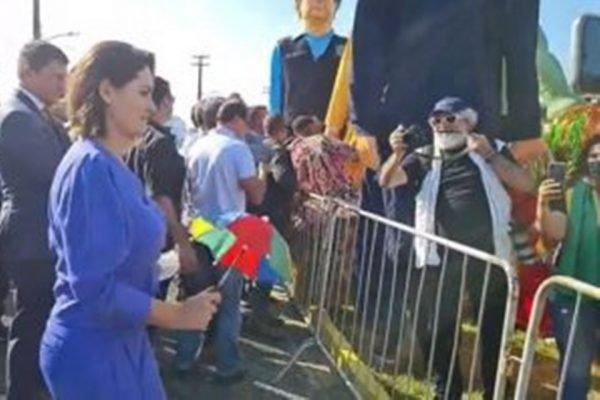 Primeira-dama Michelle Bolsonaro dança frevo em Pernambuco
