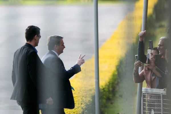 O presidente Jair Bolsonaro cumprimenta apoiadores no Palácio da Alvorada