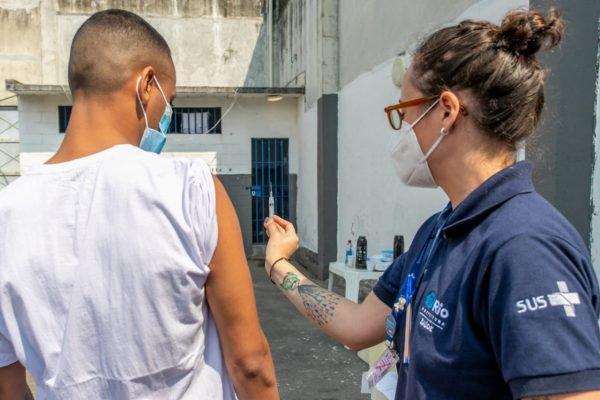 Aplicação da segunda dose contra a Covid-19 em detentos no Rio de Janeiro (3)