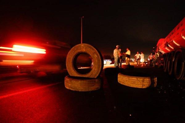 Caminhoneiros pró-Bolsonaro bloqueiam passagem de caminhões no Km 42 da GO-020. Os manifestantes estão posicionados na entrada da cidade de Bela Vista 1