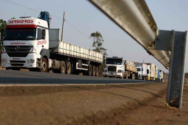 Bloqueio de caminhoneiros em Goiás, na GO-020
