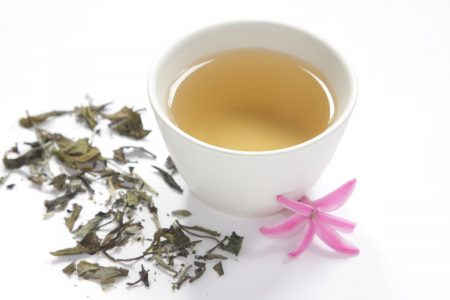 xícara de chá branco