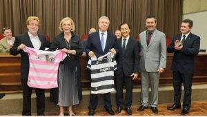 Celso Mello recebeu uma camiseta dos dirigentes do XV de Piracicaba. Ele comandou o time em duas gestões