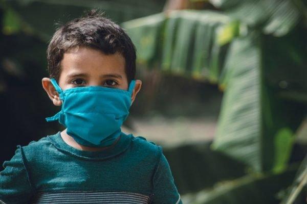 criança máscara