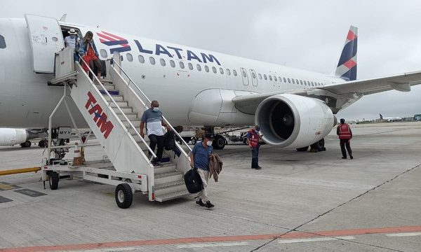 Passageiros descem de avião que colidiu com pássaro no Aeroporto de Congonhas