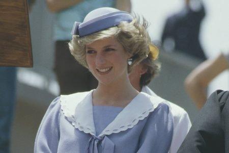 Princesa Diana com vestido de gola máxi