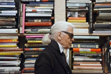 Estilista Karl Lagerfeld e livros