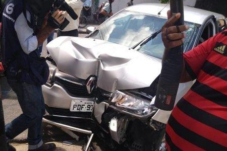 O assaltante se assustou com os carros da polícia, perdeu o controle do veículo e bateu no poste