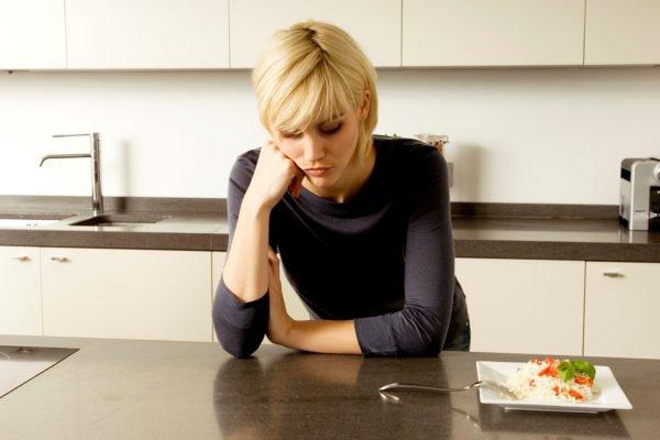 Mulher fome comida alimentação emocional dieta