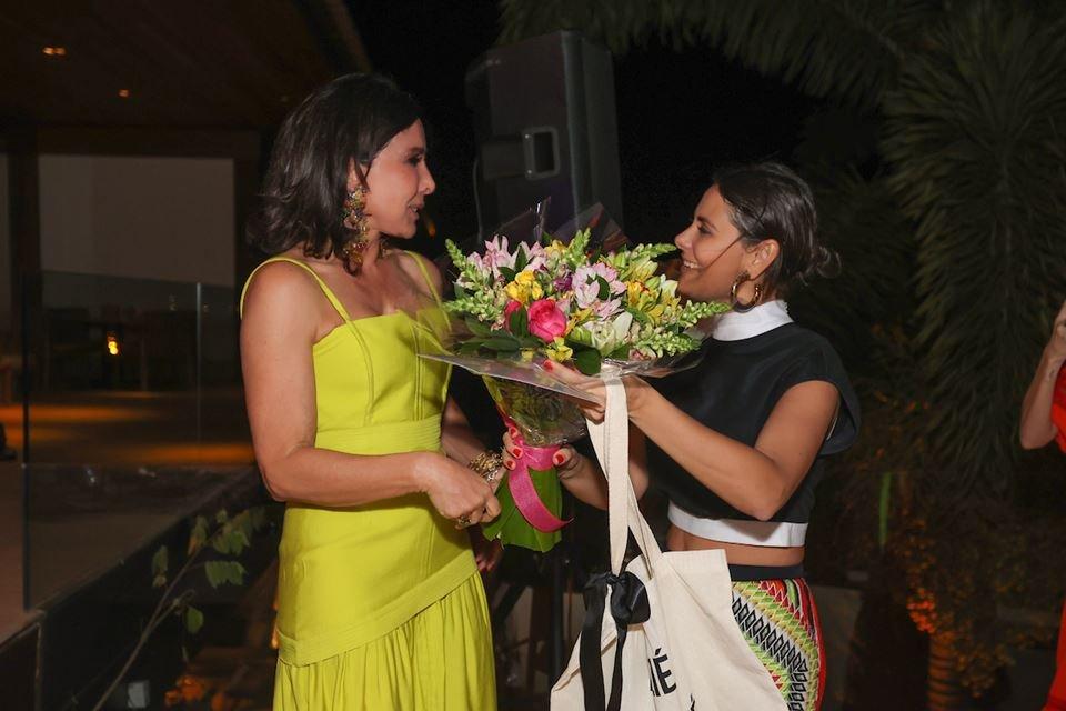 Cleucy Oliveira recebe um buquê de Raquel Jones