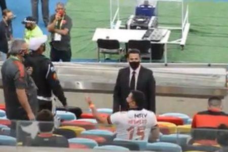 Deputado leva bronca de árbitro em jogo do Flamengo